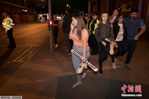 有目击者称,事发现场民众慌忙奔跑逃离,尖叫声不断,场面混乱。
