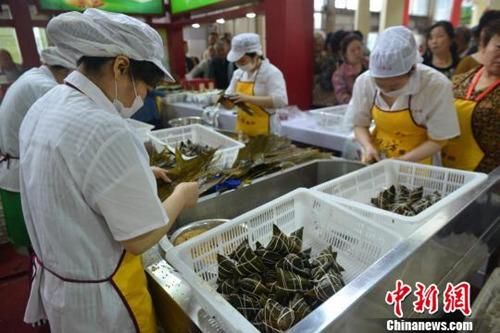 资料图:成都粽子文化节上演传统文化民俗秀。现场包粽子。张浪 摄