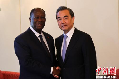 当地时间5月22日,科特迪瓦总统瓦塔拉在阿比让总统府会见中国外交部长王毅。中新社记者 宋方灿 摄