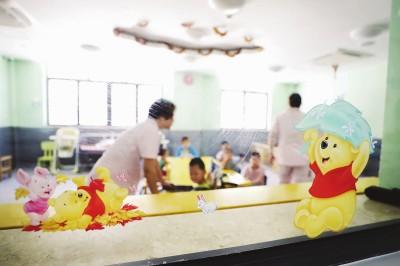 上海市儿童临时看护中心是上海市民政局所属的事业单位,负责接收上海市区域内经体检或救治后各项身体指标符合标准的弃儿(疑似),为其提供生活照料和特殊教育并协助公安部门查找和确认其身份。这里的门窗、墙面多用卡通图案装饰,为孩子们营造轻松快乐的氛围。袁婧摄
