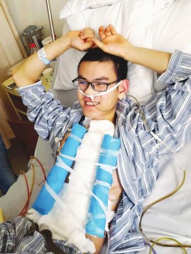 """成功完成食道""""再造""""手术后,上海大男孩俊俊躺在病床上,一脸兴奋。尔谊摄"""