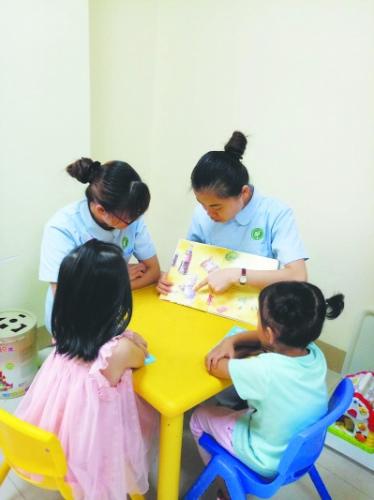 ▲龙岩市慈爱康复中心治疗师运用语言训练中的故事疗法对孩子进行康复训练。(资料图片)