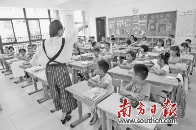 东莞松山湖实验小学的一年级学生在上课