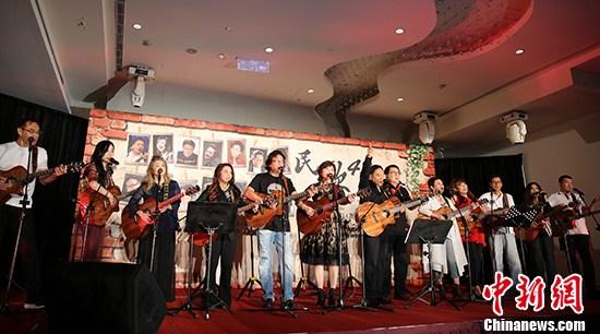 民歌手现场演唱《拜访春天》、《阳光和小雨》。 中新社记者 刘双双 摄