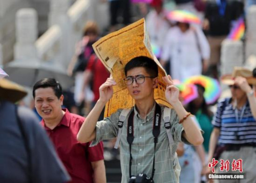 5月18日,游客在北京故宫博物院参观。北京持续高温,中央气象台于17日18时发布高温黄色预警。<a target='_blank' href='http://www.chinanews.com/'>中新社</a>记者 杜洋 摄