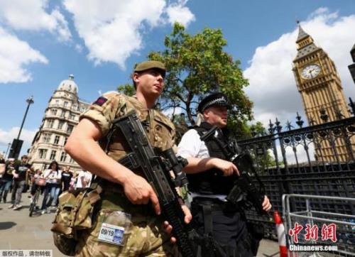"""在曼彻斯特发生恐怖袭击事件之后,英国首相特雷莎?梅23日宣布,将英国面临恐怖主义威胁等级提高至""""危急""""级别。"""
