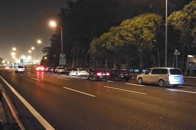 5月22日晚10点30分左右,36辆车停在机场高速的应急车道上。