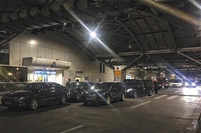 5月23日凌晨1点,T2航站楼一出口,大量私家车超时停放。