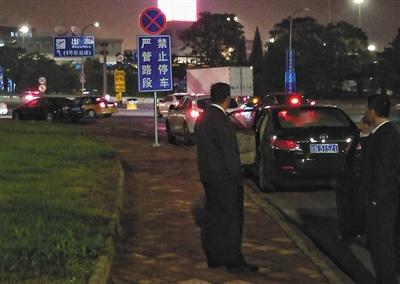 5月22日晚,T1航站楼停车场外,私家车停在左转弯道上。