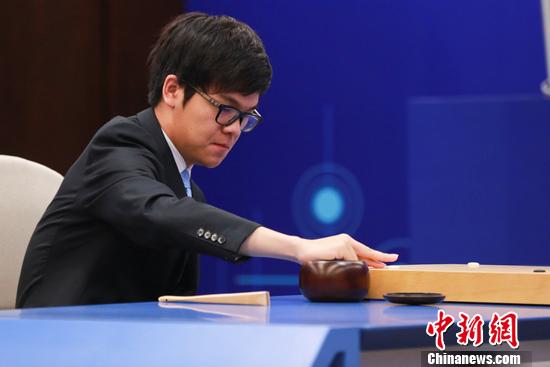 执白的柯洁与AlphaGo奉献了一场精彩的较量