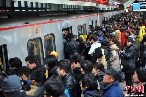 资料图:图为北京地铁四惠站早高峰人潮。<a target='_blank' href='http://www.chinanews.com/' >中新网</a>记者 金硕 摄