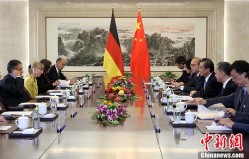 5月24日,中国外交部部长王毅在北京与德国副总理兼外长加布里尔举行会谈。中新社记者 张宇 摄