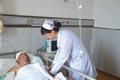 正在医院救治的李和平。5月2日上午10点左右,在林区作业的他与一头黑熊遭遇,幸运脱险。 受访者供图