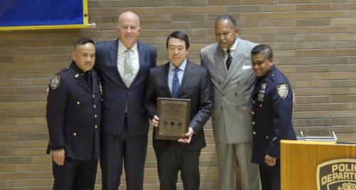 纽约市警总局为金贤俊(中)颁奖,左二为欧尼尔。(美国《世界日报》/记者俞姝含 摄)