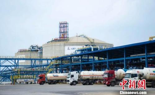 资料图:图为满载液化天然气(LNG)的槽罐车从工厂驶出。 翟李强 摄
