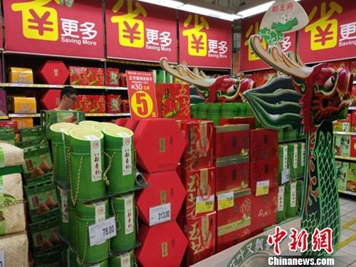 超市里正在热卖的各式粽子。记者 李金磊 摄