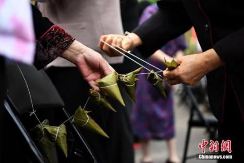 资料图:市民在包粽子。 <a target='_blank' href='http://www.chinanews.com/'>中新社</a>记者 陈超 摄