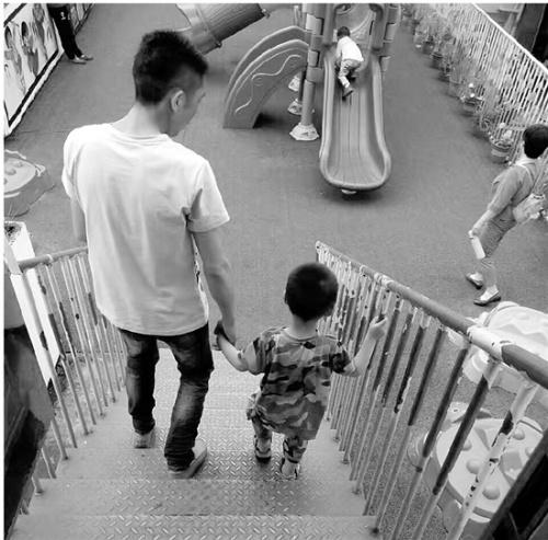 小荣拉着爸爸的手。