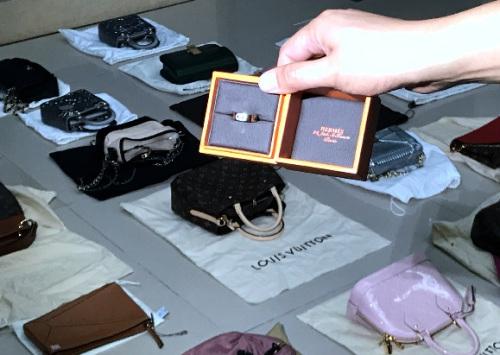此次查获的涉嫌走私爱马仕首饰。图片由重庆海关提供