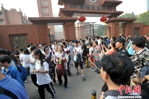 资料图:2016年6月8日,为期两天的2016年全国高考进入尾声,下午5时,全国940万考生陆续走出考场。图为北京日坛中学外的考生。 记者 李泊静 摄
