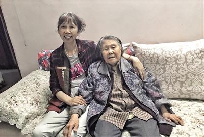 游婆婆(右)和任德荣。 本报记者 平索茜 摄