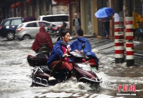 资料图:5月14日夜间至15日清晨,广西遭暴雨侵袭。朱柳融 摄