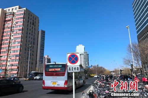 北京西直门大街附近的公交车站。<a target='_blank' href='http://www.chinanews.com/' >中新网</a> 种卿 摄