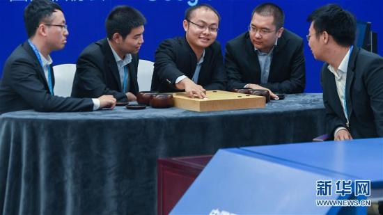 五位棋手在讨论 图片来源:新华网 新华社记者徐昱摄