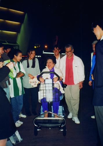 1993年,全部家人一起去迪士尼乐园。新世界出版社供图