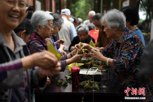 5月25日,重庆歌乐山的200余位老人一起包粽子,迎接端午佳节的来临。 <a target='_blank' href='http://www.chinanews.com/'>中新社</a>记者 陈超 摄