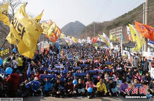 """当地资料图:时间2017年3月18日,韩国星州郡,民众集会抗议,要求取消部署""""萨德""""。"""