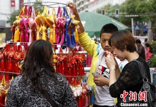 资料图:端午佳节临近,甘肃轩辕故里清水县传统手工荷包香飘街头。雷金锋 摄