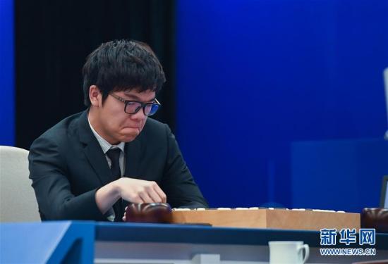 柯洁在比赛中思考 图片来源:新华网 新华社记者徐昱摄
