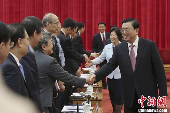 中共中央政治局常委、全国人大常委会委员长张德江出席座谈会并发表讲话。 中新社记者 盛佳鹏 摄