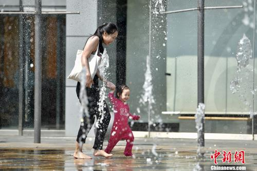"""资料图:5月17日,北京开启了高温干热的""""炙烤""""模式。<a target='_blank' href='http://www.chinanews.com/' >中新网</a>记者 金硕 摄"""
