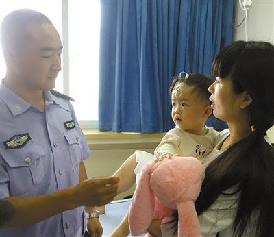 李东昊昨日到医院看望受伤的女童