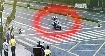 李东昊载着女童和外婆赶往医院(监控截图)