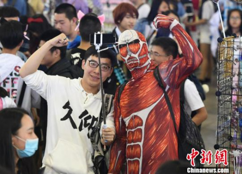 动漫爱好者与cosplay拍照留念 张瑶 摄