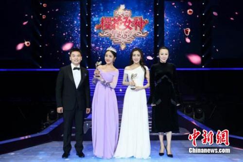 刘嘉玲(右一)担任颁奖嘉宾