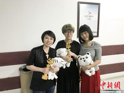 林咏琛、李媛、吴楠拿奖合影