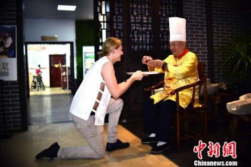 图为盖瑞以中国传统拜师仪式行敬茶礼。 唐梦宪 摄