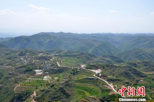 通往旺兴村绵延盘旋在山脊上的通村水泥路。 冯志军 摄
