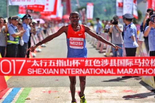 男子全程冠军、肯尼亚选手考斯古冲线瞬间。主办方供图