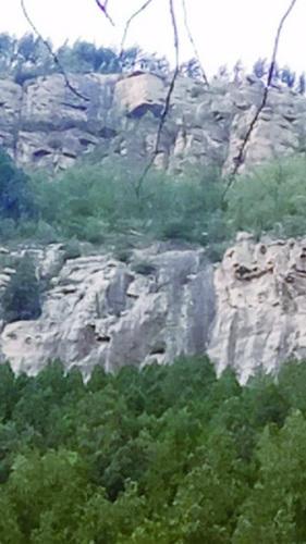 女生被困的断崖。(救援人员供图)