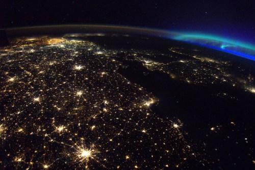 交相辉映:宇航员拍摄美景 万家灯火映照极光