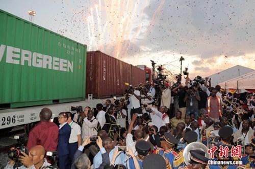 5月30日,蒙内铁路移交仪式在肯尼亚港口城市蒙巴萨举行,肯尼亚铁路公司负责人从中国承建企业手中接过了已经竣工的工程项目。肯尼亚总统肯雅塔出席活动发表致辞,并欢送第一列货运列车出站。 <a target='_blank' href='http://www.chinanews.com/'>中新社</a>记者 宋方灿 摄