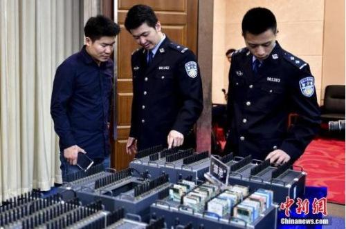 """资料图:2016年12月25日,在广东全省21市警方联手开展的""""安网7号""""打击收网行动中,侦破案件120余宗,450余名犯罪嫌疑人因盗窃公民个人信息被抓获,缴获公民个人信息2.3亿条。图为犯罪嫌疑人使用的作案工具。<a target='_blank' href='http://www.chinanews.com/'>中新社</a>记者 陈骥�F 摄"""