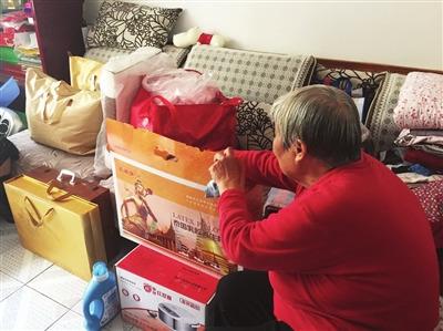 客厅堆满了各种产品。