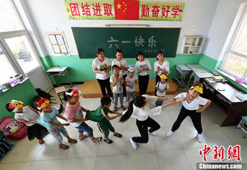 图为志愿者们与孩子们开心游戏。 <a target='_blank' href='http://www.chinanews.com/'>中新社</a>记者 翟羽佳 摄