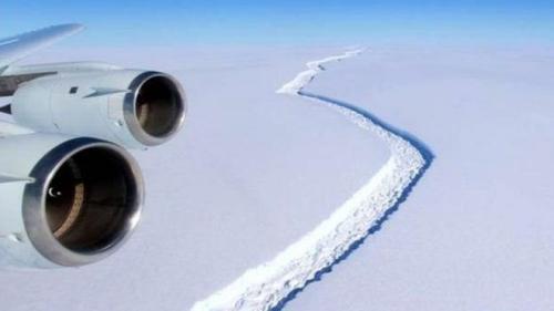 目前这条巨大的裂缝绵延长达200公里左右,划出一块约沿着一个5,000平方公里的冰原,断裂开就会形成面积相当于1/4威尔士面积的冰山